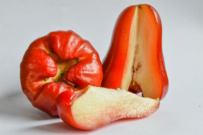 fruit en j jamalac en coupe, ressemble à un piment